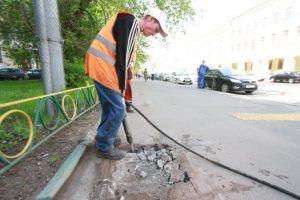 Сотрудники «Жилищника» устранили ямы на дорогах района. Фото: Антон Гердо, «Вечерняя Москва»