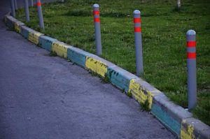 Сотрудники «Жилищника» полили клумбы и газоны в районе. Фото: Анна Быкова