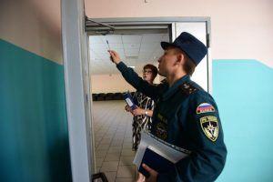 Сотрудники проверили на предмет безопасности школы в районе. Фото: Антон Гердо, «Вечерняя Москва»