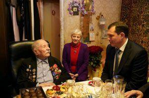 Префект Центрального округа Владимир Говердовский поздравил ветерана. Фото: Денис Кондратьев