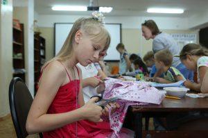 Работники районной библиотеки провели мастер-класс для детей. Фото: Алексей Орлов, «Вечерняя Москва»