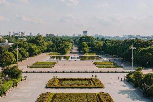 Представители Парка Горького организуют пешеходную экскурсию. Фото: сайт мэра Москвы